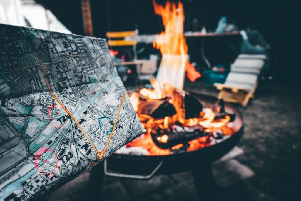 Karte und Lagerfeuer